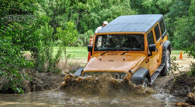 Lekker ploegen door de modder met je collega`s